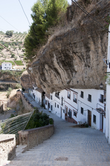 Sometimes it makes sense not to establish a settlement atop a gorge but to mould one's buildings along it instead. https://www.kuriositas.com/2010/09/setenil-de-las-bodegas-spanish-town.h So it is in Andalucia where the incredible town of Setenil de las Bodegas which has its modern roots in the fifteenth century although there is evidence of habitation for millennia before that. via kuriositas.com
